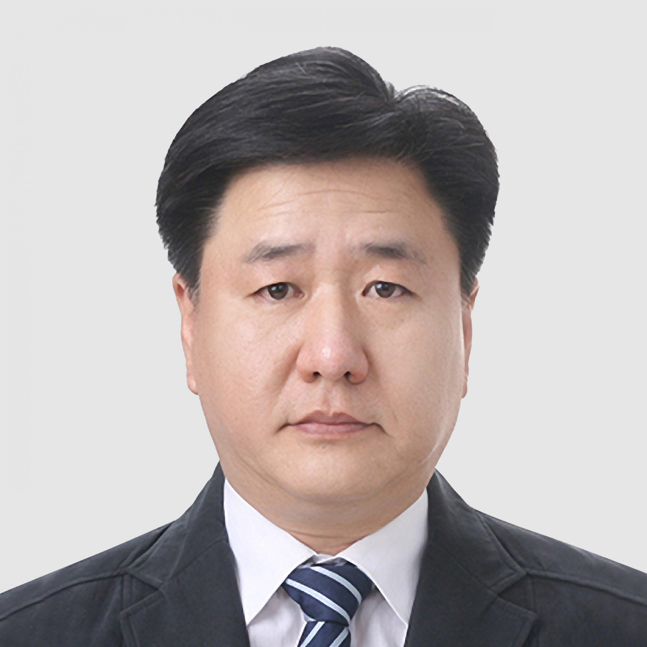Joonhee (Albert) Lee es el Director Gerente de Essex Furukawa Magnet Wire China, una función que se centra en la industria automotriz con un énfasis específico en los motores de tracción. Es un puesto al que se trasladó después de la finalización de Essex Furukawa Joint Venture. Antes de esto, Lee pasó cuatro años como Director Ejecutivo de Tecnología para Essex Magnet Wire y durante el último cuarto de siglo, Lee ha estado involucrado en el desarrollo de nueva tecnología con un enfoque en la industria automotriz. Ha mejorado el diseño de las propiedades del alambre magnético para aplicaciones de motores, así como las propiedades mejoradas para el esmaltado. Lee obtuvo su Maestría en Química Industrial en la Universidad Nacional Kyungpook en Corea del Sur.
